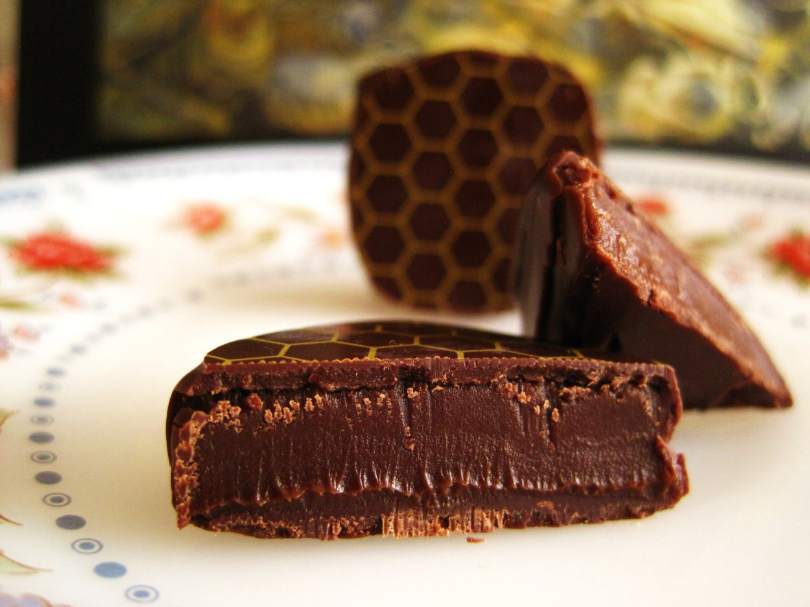 "Cioccolato Lombardo - the ""Bee Box"" - cross-section of the ""Honey Dark Chocolate"""